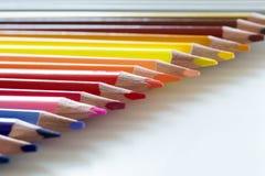 Ligne des crayons colorés sur un fond blanc Photographie stock