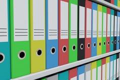 Ligne des dépliants colorés d'archives sur les étagères Image stock