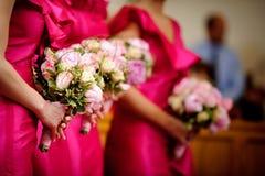 Ligne des demoiselles d'honneur avec des bouquets au ceremo de mariage Images stock