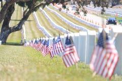 Ligne des drapeaux américains au cimetière de Golden Gate Photo stock