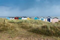 Ligne des huttes colorées de plage Photo libre de droits