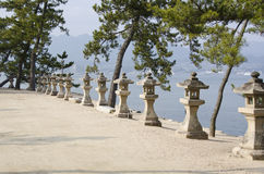 Ligne des lanternes en pierre au Japon Photo stock