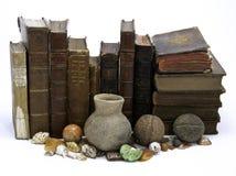 Ligne des livres et des objets façonnés Photographie stock