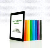 Ligne des livres et du PC colorés de tablette Image stock