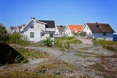 Ligne des maisons blanches simples dans le port de la Norvège Photographie stock libre de droits