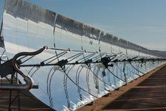 Ligne des miroirs paraboliques faisant face au soleil Photos stock