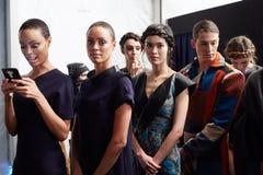 Ligne des modèles à l'arrière plan au défilé de mode de la vie de New York pendant l'automne 2015 de MBFW Images stock