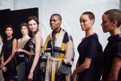 Ligne des modèles à l'arrière plan au défilé de mode de la vie de New York pendant l'automne 2015 de MBFW Images libres de droits