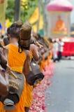 Ligne des moines bouddhistes de hausse sur des rues Photographie stock libre de droits
