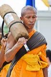 Ligne des moines bouddhistes de hausse sur des rues Image libre de droits