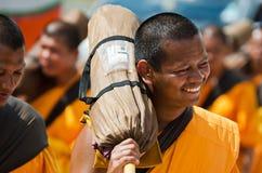 Ligne des moines bouddhistes de hausse sur des rues Image stock
