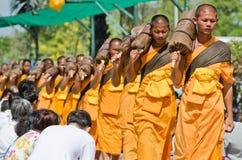 Ligne des moines bouddhistes de hausse sur des rues Photo stock