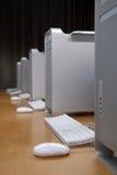 Ligne des ordinateurs blancs Photo libre de droits