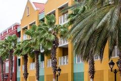 Ligne des palmiers par la station de vacances colorée image libre de droits