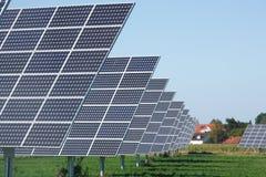 Ligne des panneaux solaires Images stock