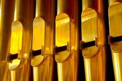 Ligne des pipes d'organe d'or images stock