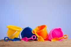 Ligne des positions ou des seaux colorés de plage Photographie stock libre de droits