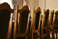 Ligne des présidences dans la salle de réunion  Photo stock