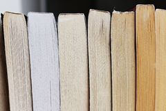 Ligne des romans de livre broché photos stock