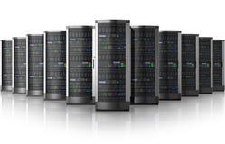 Ligne des serveurs de réseau au centre de traitement des données illustration libre de droits