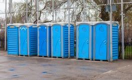 Ligne des toilettes portatives Photographie stock libre de droits