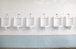 Ligne des urinaux Images stock