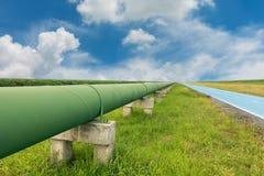 Ligne droite de conduite d'eau potable sur la lumière du jour Images stock