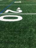 Ligne du terrain de football 20 de gazon Terrain de football de gazon photos libres de droits