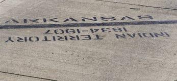 Ligne dure apparence où l'Arkansas commence et des Natifs américains enlevés de la patrie photographie stock