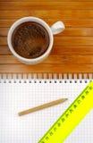 Ligne et café de crayon de cahier Image libre de droits