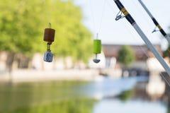 Ligne et flotteurs de pêche sur le fond de canal Photos libres de droits