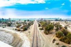 Ligne ferroviaire dans le c?t? Pakistan de pays photographie stock libre de droits