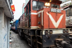 Ligne ferroviaire passant entre les bâtiments étroits dans le vieux quart de Hanoï Photographie stock