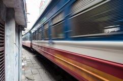 Ligne ferroviaire passant entre les bâtiments étroits dans le vieux quart de Hanoï Photo stock
