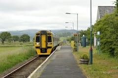 Ligne ferroviaire rurale train de Talsarnau images stock