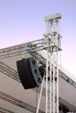 Ligne haut-parleurs d'alignement sur l'étape de musique Photographie stock