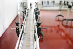 Ligne industrielle sur le plancher rouge Photo stock