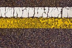 Ligne jaune blanche de macro contexte de repère de route goudronnée Images libres de droits