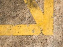 Ligne jaune grunge croix comme coin sur le backgroun concret souillé photos stock