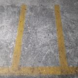 Ligne jaune se garante de fente il vide photographie stock