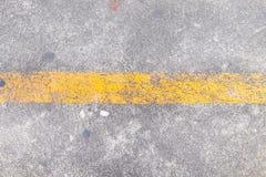 Ligne jaune sur la texture de route Images stock