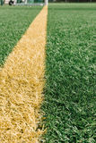 Ligne jaune sur le terrain de football artificiel d'herbe Photo stock