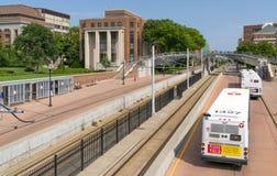 Ligne légère de rail et d'autobus de métro sur l'université du Minnesota Photo stock