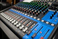 Ligne mélangeur de musique avec beaucoup de contrôles photos stock