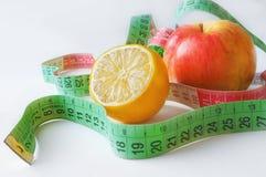 Ligne mesure avec le citron et la pomme rouge Photographie stock