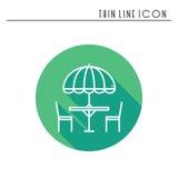 Ligne mince icônes réglées Tableau et chaise dehors outdoors Café de rue de silhouette, signe de restaurant Service de traiteur p illustration libre de droits