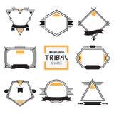 Ligne moderne assortie de tribal formes, labels et emblèmes réglés illustration de vecteur