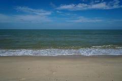 Ligne molle de vague de mer de mousse sur la plage sablonneuse blanche avec le ciel bleu et le fond blanc de nuage Photos stock