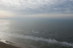 Ligne néerlandaise de côte sur la Mer du Nord d'en haut image stock