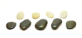 Ligne noire et blanche de pierres sur le backg blanc Image libre de droits